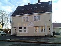 http://pix.njk.no/116//s116288-f1653-3467-StasjonsbygningenpaaLena.jpg