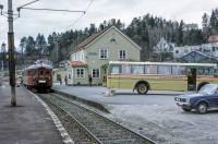 https://pix.njk.no/206//s206343-Soerlandsbanen-Krageroetog86-1974_1280.jpg