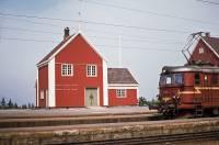 https://pix.njk.no/210/s210509-Hjukseboegodshus-1971-06-26_2560-fotoEWJohansson.jpg